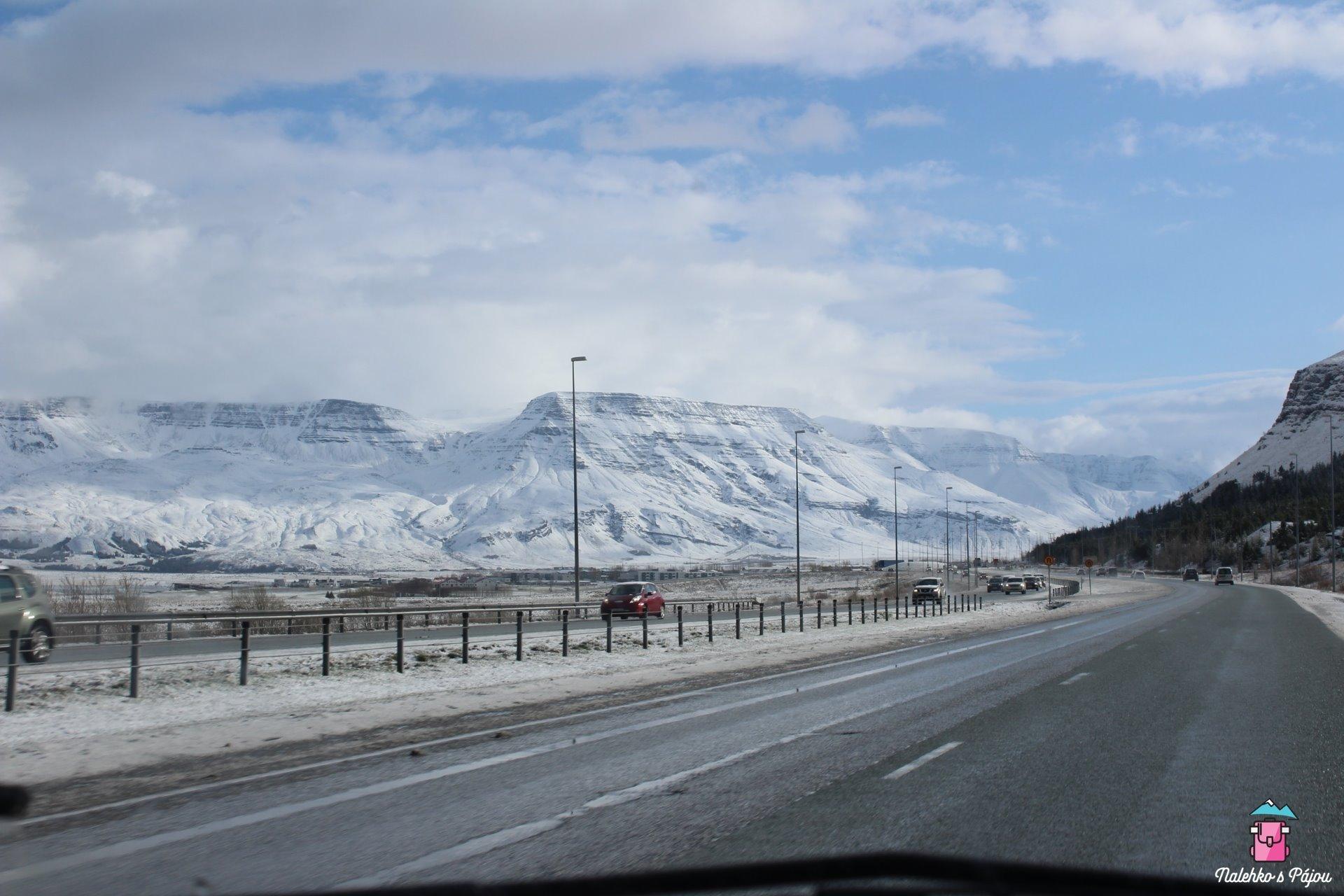 Výjezd z Rejkjavíku, kde ještě večer před tím nebyla ani vločka