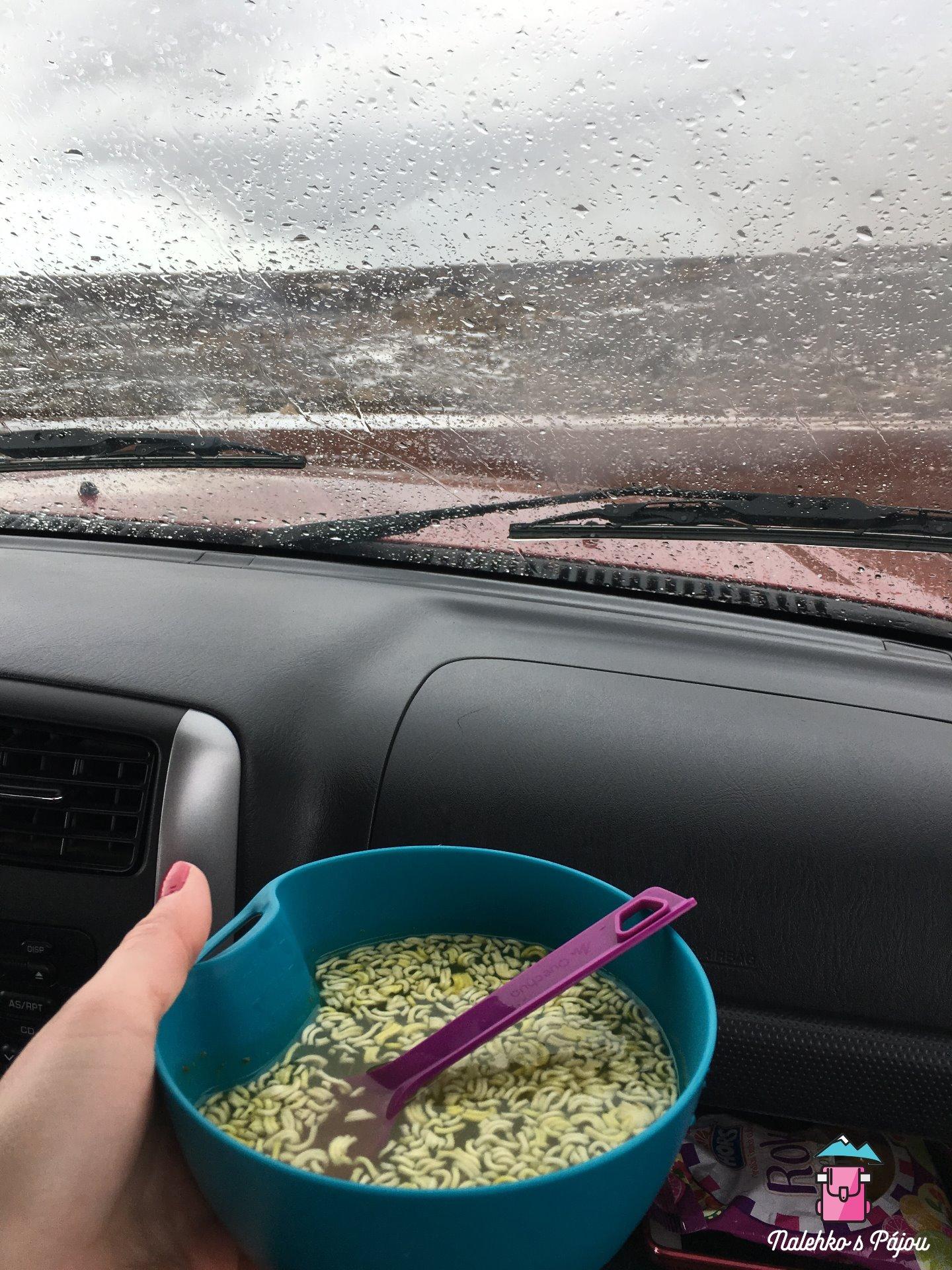 Oběd v autě během sněhové vánice a krup