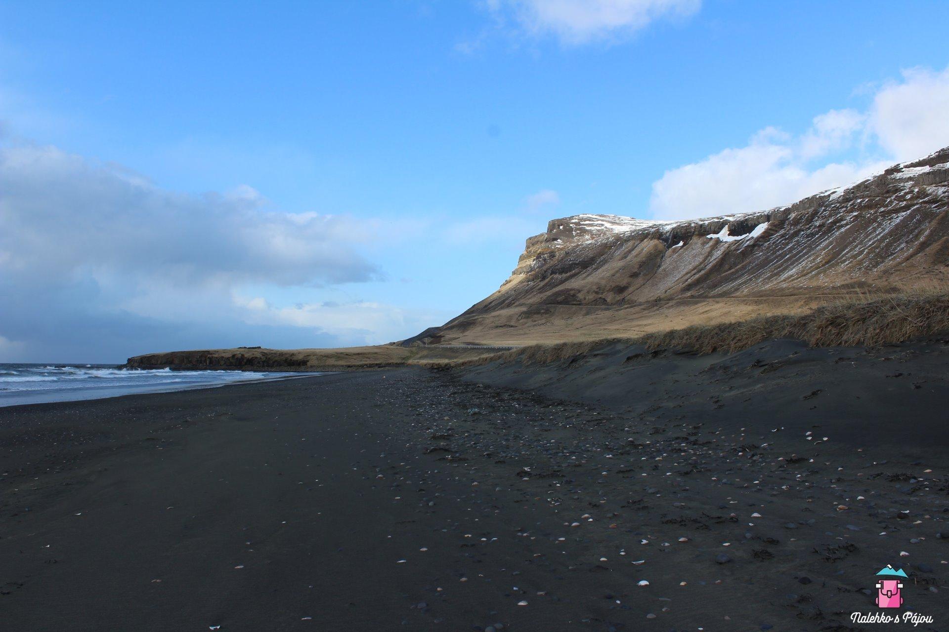 Jedna z mnoha černých pláží