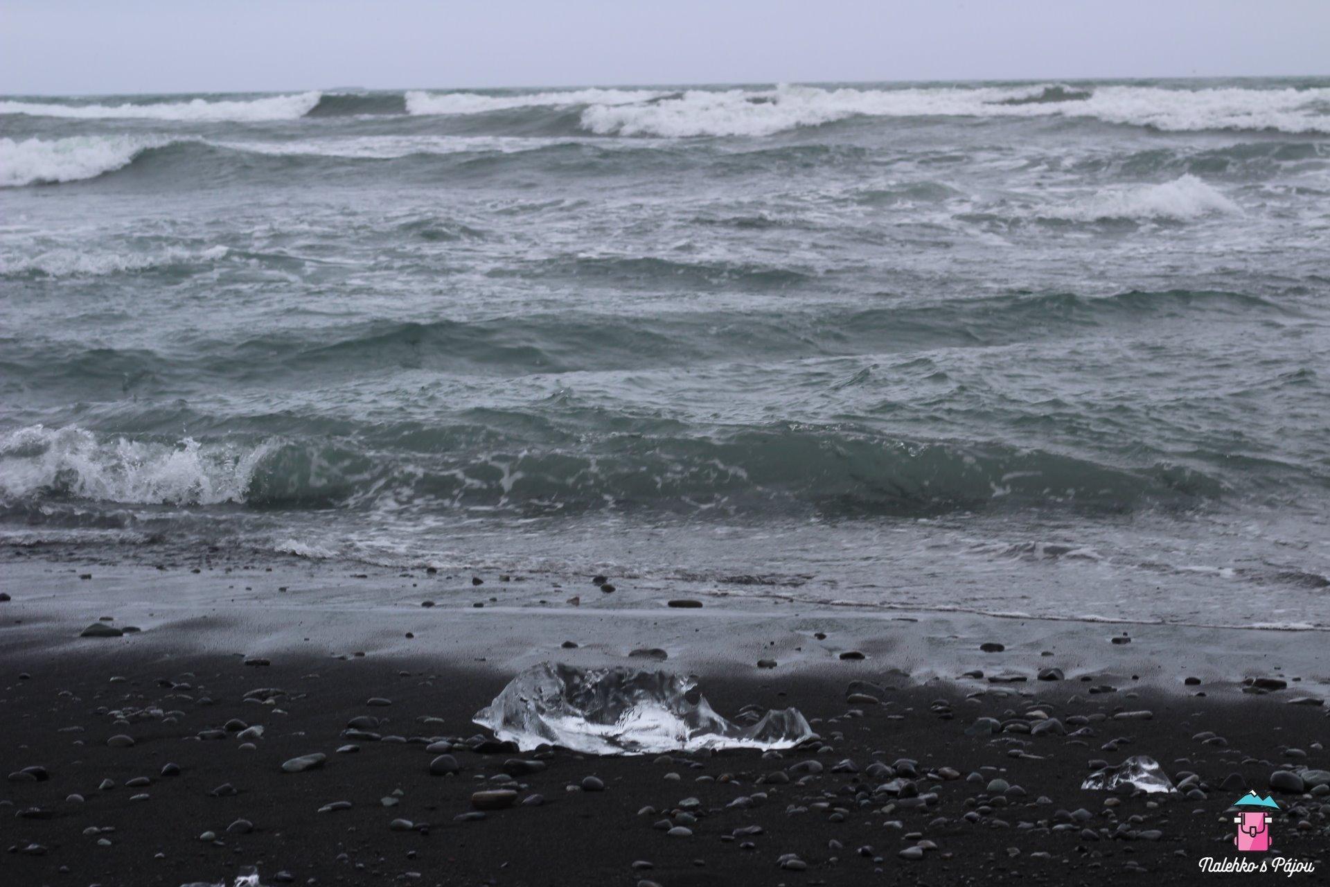 Černá pláž je hned přes silnici, všude na pláži najdete malé ale i velké úlomky z ledovce
