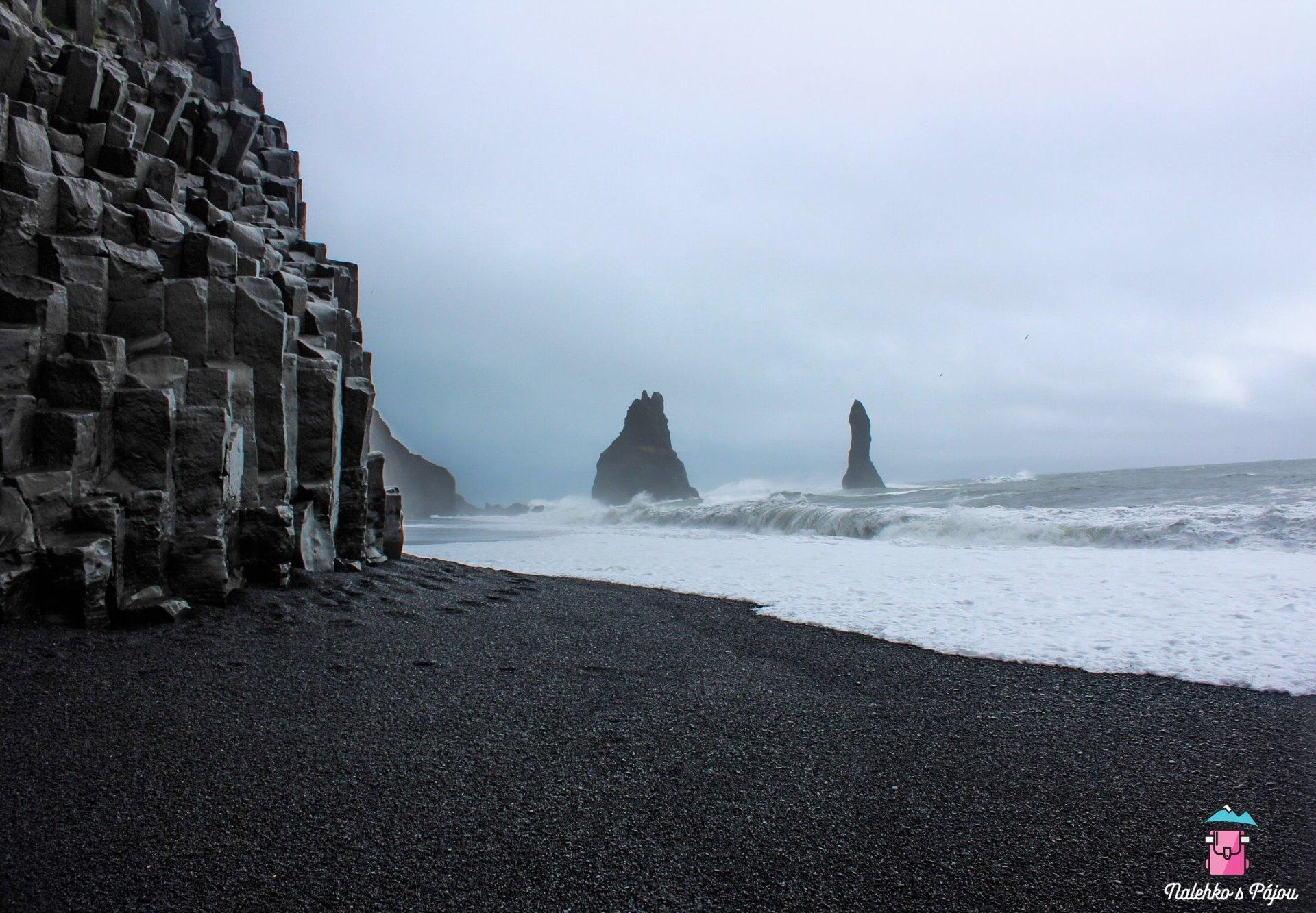 Reynisfjara skalní čedičové sloupy