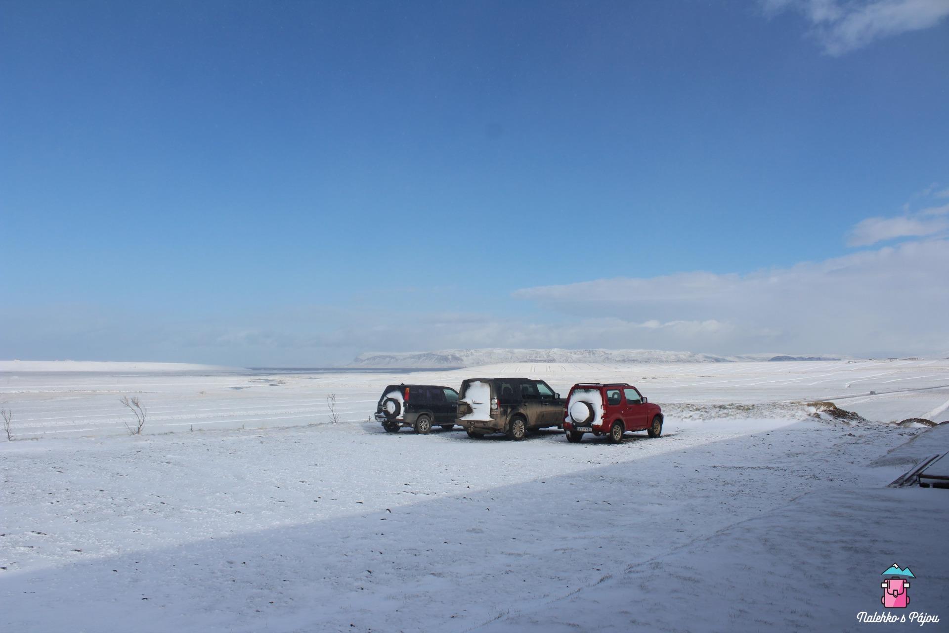 Přes noc dost foukalo a sněžilo, takže zadek auta byl celý zamrzlý