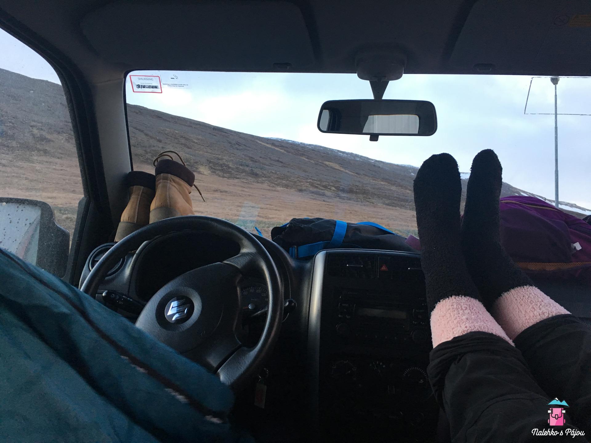Spaní v Suzuki Jimny je docela na pohodu :)