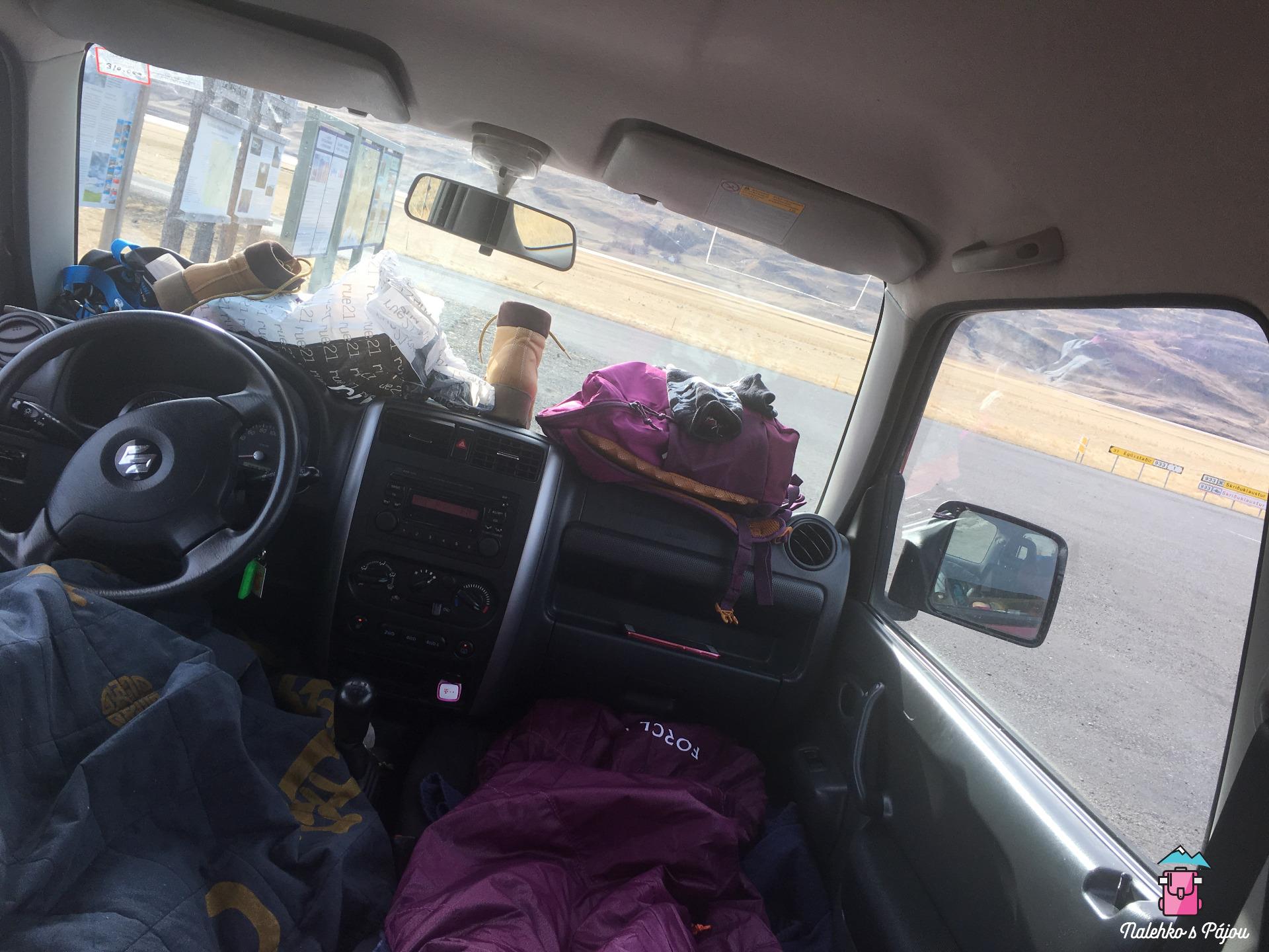 Není jednoduchý v takhle malém autě udržet pořádek